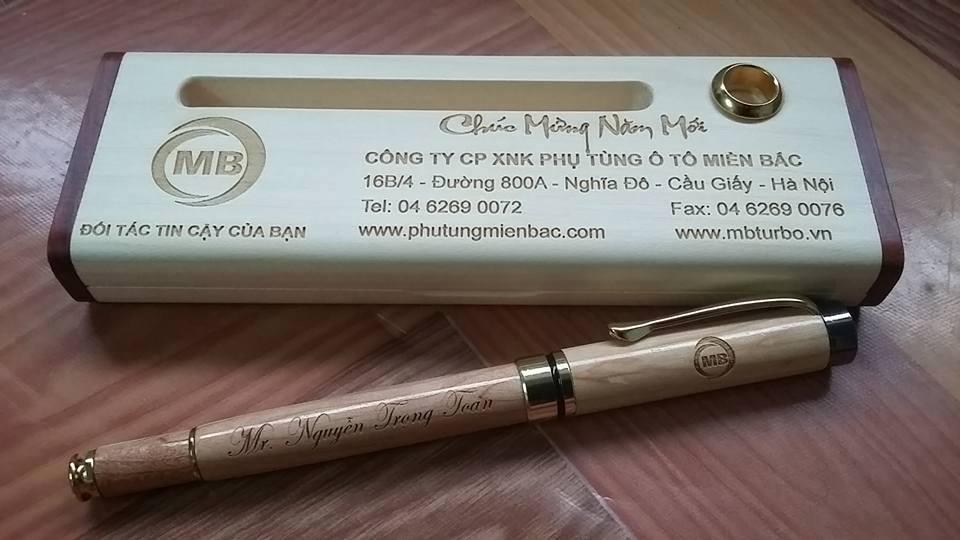 Bút gỗ khắc tên làm quà tết tặng khách hàng