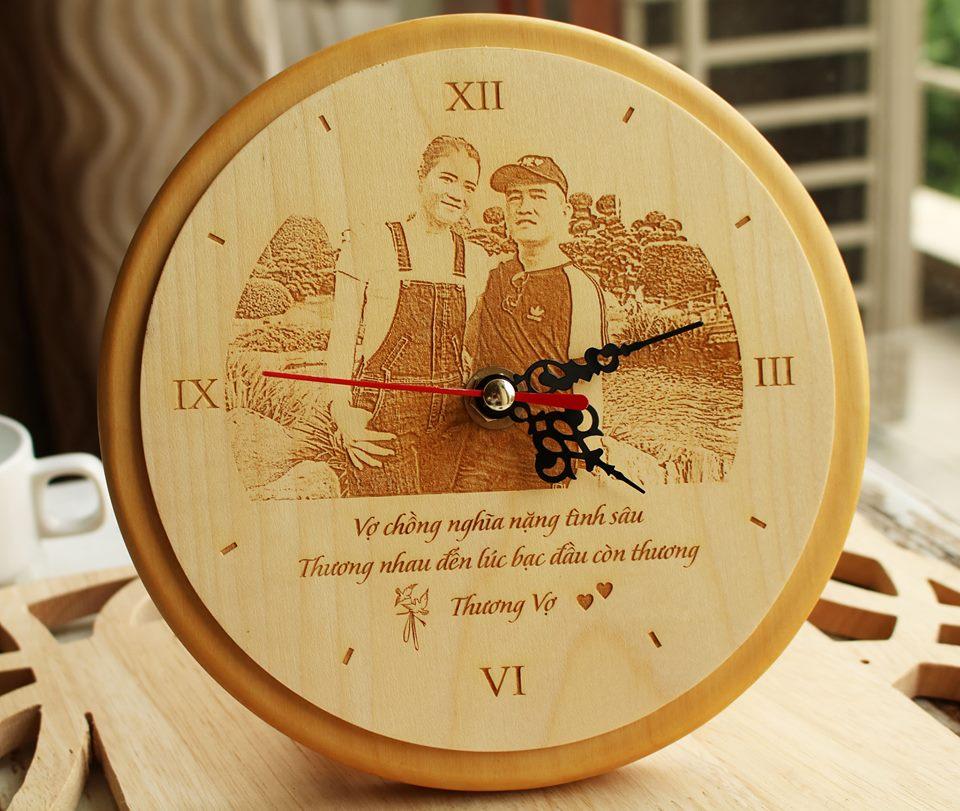 Đồng hồ gỗ tròn khắc chân dung