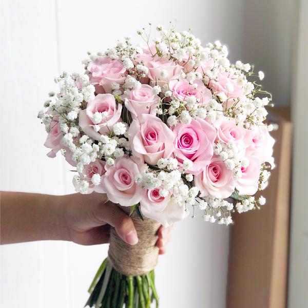 Hoa cưới cầm tay chân tình