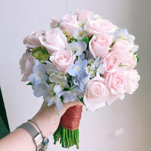 Hoa cưới cầm tay lên tiếng
