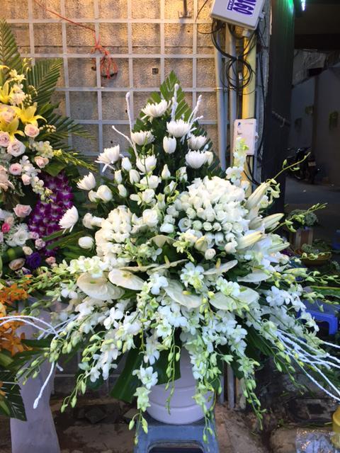 "Bình hoa viếng ""Luyến Tiếc"""