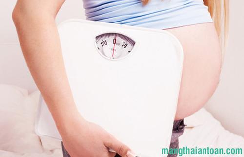 mang thai tháng thứ 8 bé nặng bao nhiêu kg là đúng chuẩn?