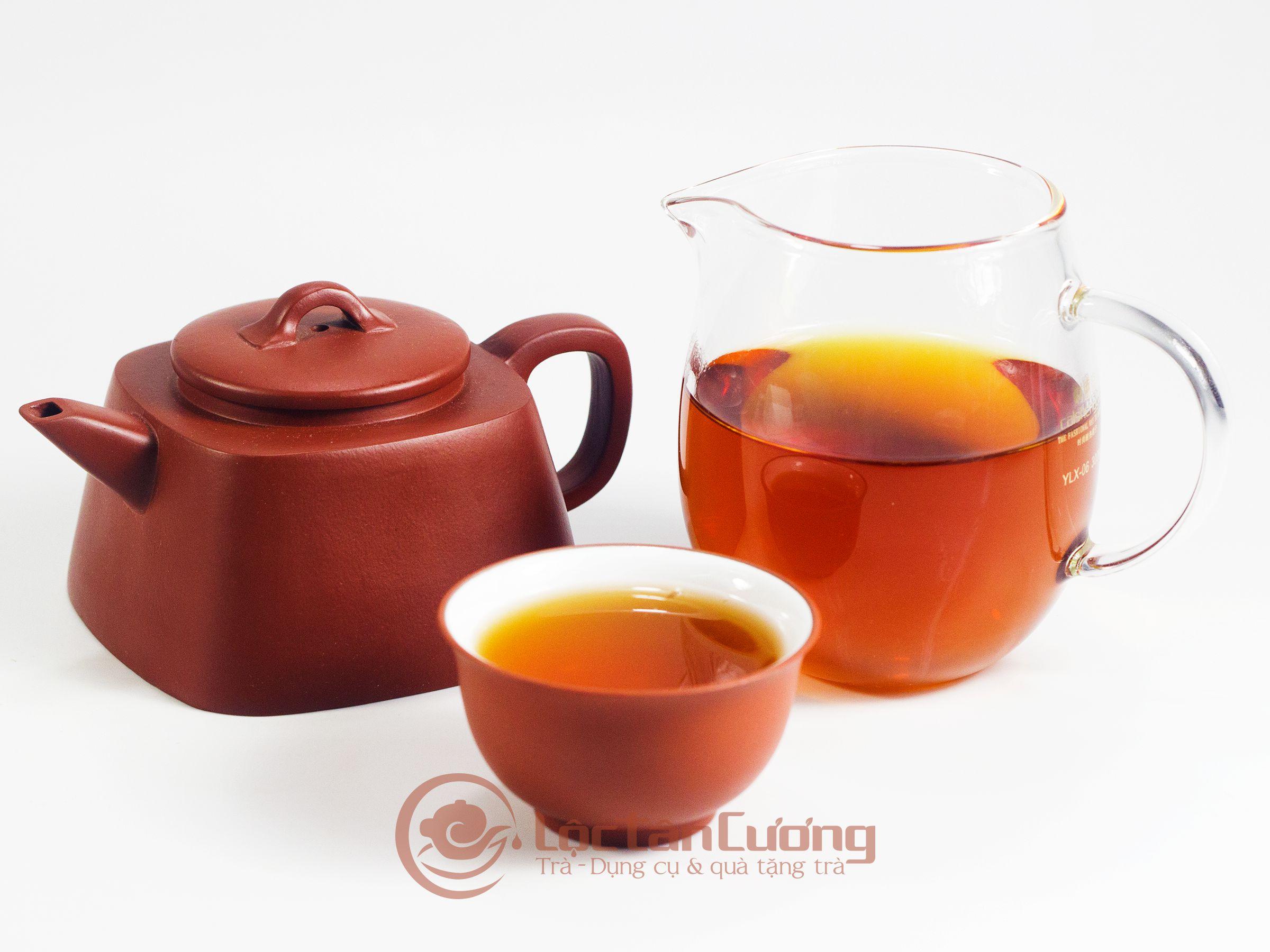 Hồng Shan Trà Hà Giang hayHồng Trà Hà Giang là loại trà được lấy nguyên liệu từ búp trà 1 tôm 1 lá non của cây chè cổ thụ trên 200 năm tuổi tại núi Tây Côn Lĩnh, tỉnh Hà Giang