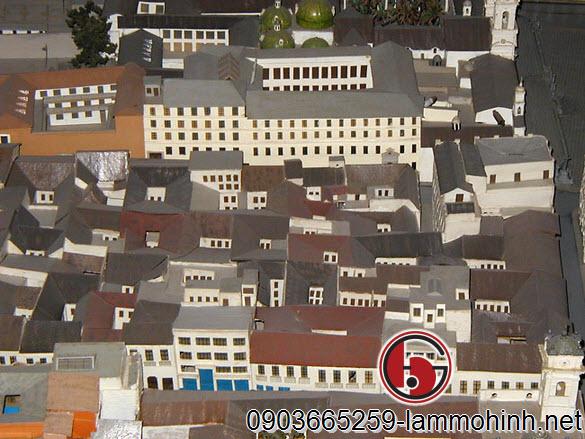Chỉ cần ra khỏi Plaza San Francisco, làmột khối dày đặc các ngôi nhà truyền thống với sân trong. Mỗi tòa nhà trong mô hình bao gồm rất nhiều chi tiết, với các cửa sổ sơn, ban công và mái nhà nhiều màu. Các mớ lộn xộn phức tạp của bức tường nhỏ và không gian nội thất tạo ra một kết cấu sinh động.