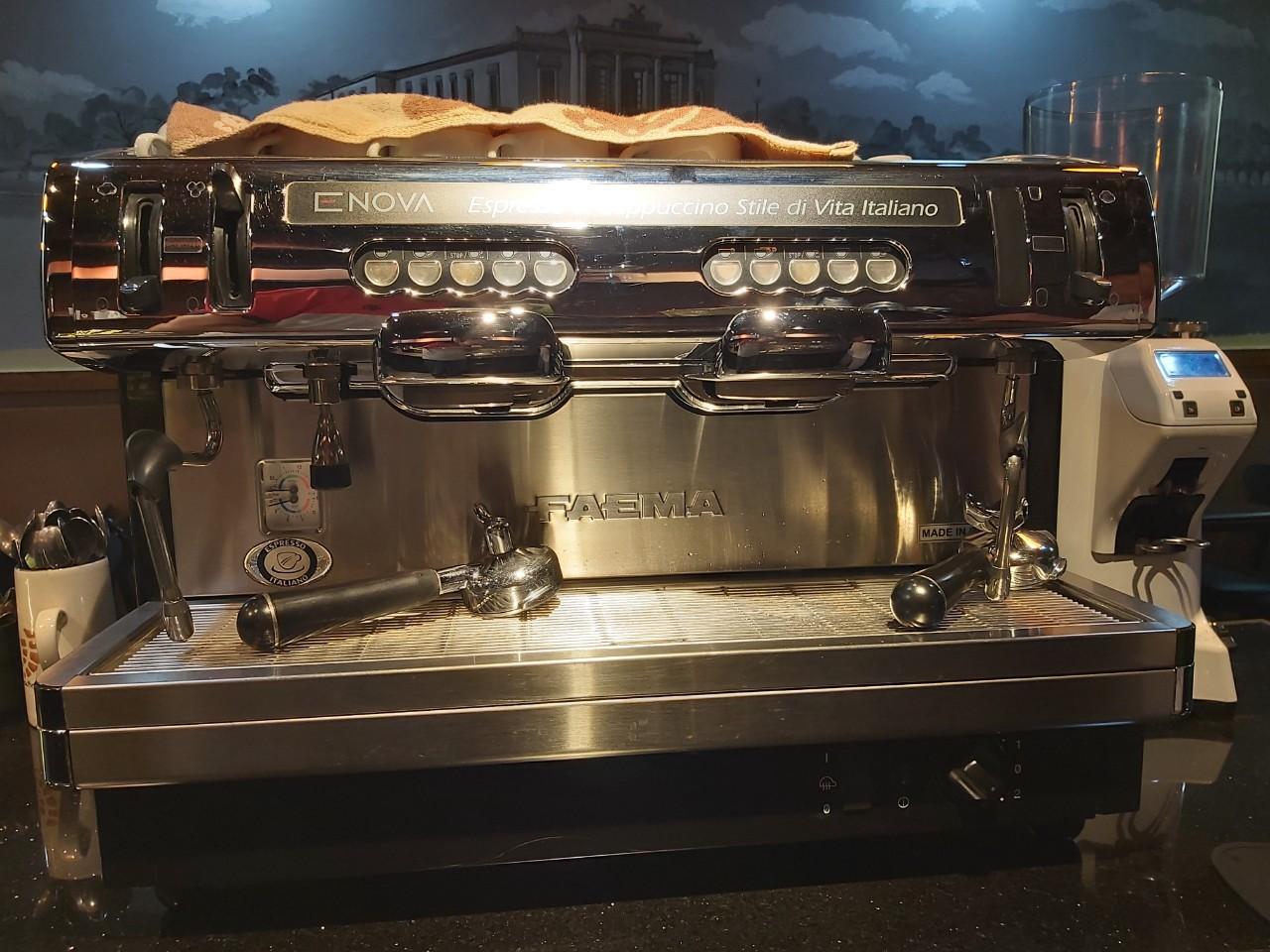Thanh lý máy pha cà phê FAEMA ENOVA 2 group chuyên nghiệp mới 95%.