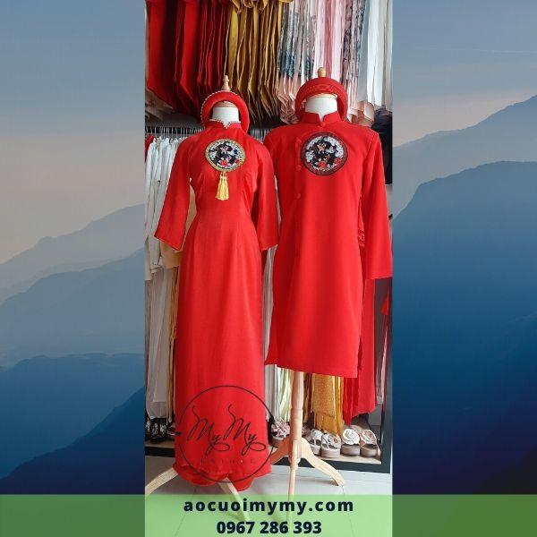 Áo dài bưng quả nam nữ cách tân màu đỏ kết hoa văn trên ngực áo