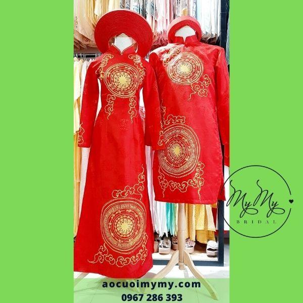 Áo dài cặp cô dâu chú rể chất liệu gấm đỏ vẽ tay hoa văn trống đồng, đính kết hạt chai -áo cưới MyMy cho thuê bán áo dài rẻ đẹp