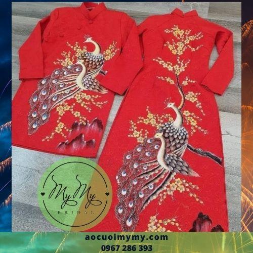 Áo dài cặp gấm đỏ kết hình chim công