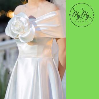 Áo cưới satin trắng  cúp ngực kết hoa trắng