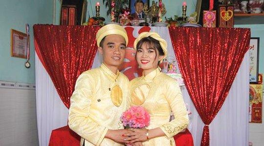 cô dâu chủ rễ với áo dài cặp vàng