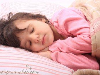 Dấu hiệu bất thường trong giấc ngủ của con và cách chọn đèn trong phòng ngủ
