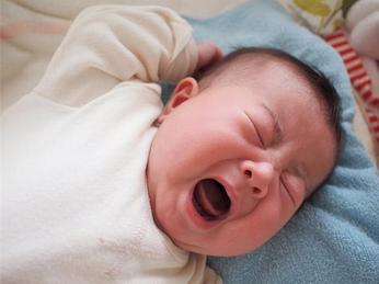 Trẻ sơ sinh ngủ hay giật mình: nguyên nhân và mẹo chữa đơn giản