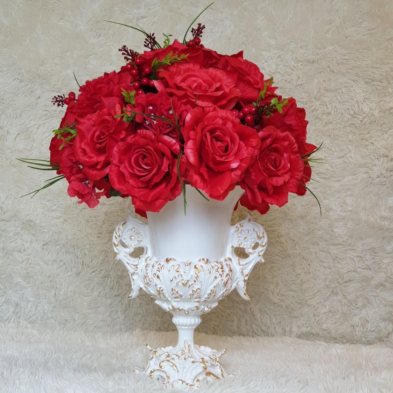 Bình hoa trắng bàn gia tiên