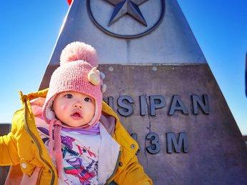 Đáng yêu với bộ ảnh em bé 10 tháng tuổi leo Fansipan trên vai bố
