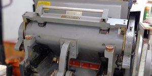 Máy bế decal tờ tại xưởng decal