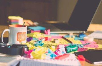 10 vật dụng để trên bàn làm việc gây mất điểm với người xung quanh