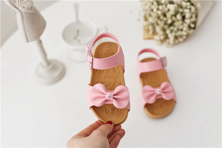 Sandal gắn nơ đơn giản bé gái dễ thương.