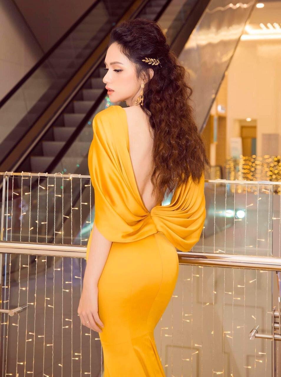 Đầm dạ hội vàng gold cổ đổ hở lưng Hương Giang