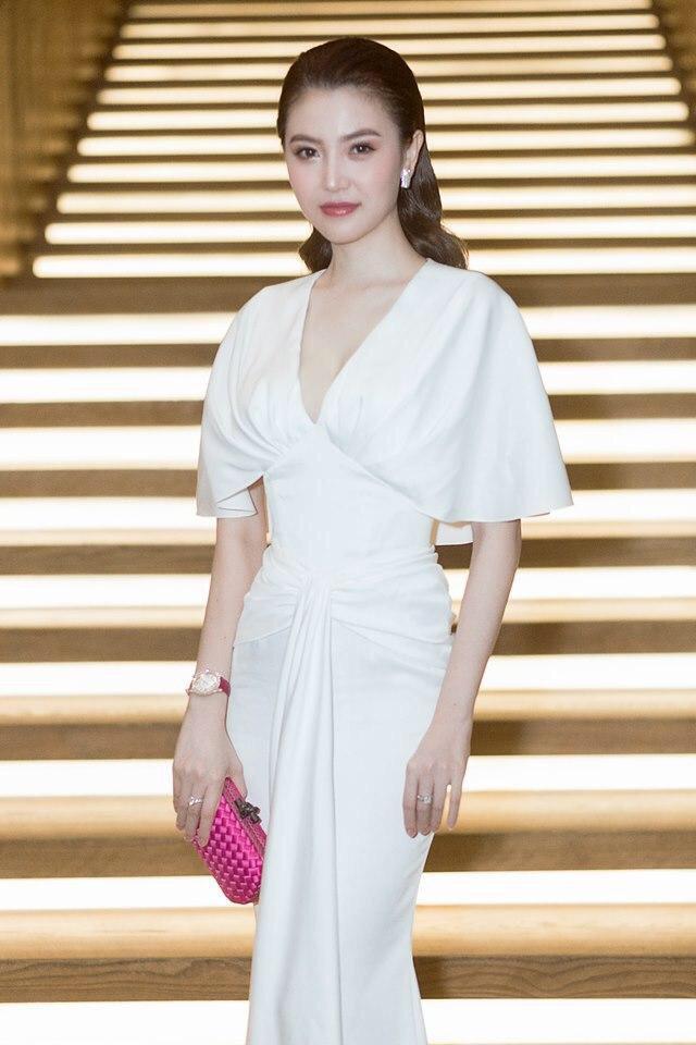 Đầm dạ hội tay cánh dơi màu trắng sang trọng