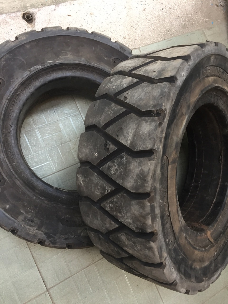 Vỏ đặc cũ xe nâng, lốp đặc cũ xe nâng