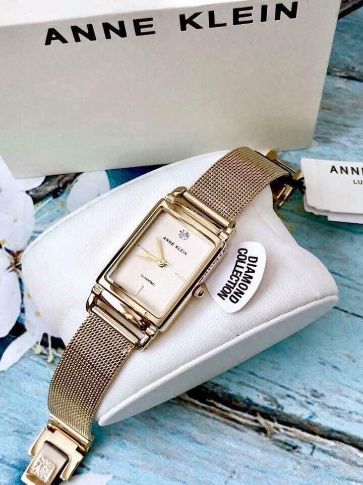 Đồng hồ nữ Anne Klein với dây nhuyễn màu vàng sang trọng và mặt hình chủ nhật