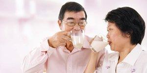 Chọn sữa bổ sung chất dinh dưỡng cho người lớn nên chọn loại nào?