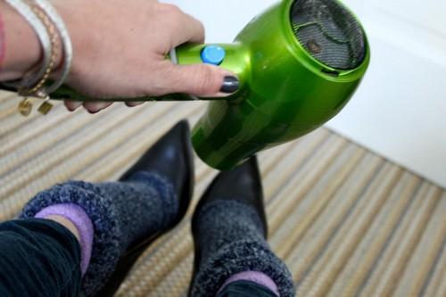 Làm thế nào để bảo quản giày da không bị mốc trắng ẩm ướt?