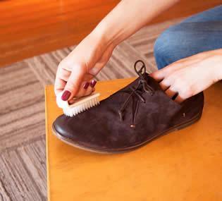 Vệ sinh giày bằng bàn chải