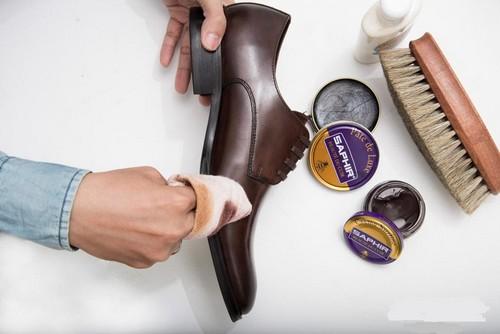 Dùng miếng vải khô đánh xi cho giày