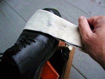 Giày da bị mốc làm thế nào để xử lý?