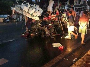 Khoảnh khắc ô tô tải đâm gãy thanh chắn trạm thu phí trước khi gây tai nạn kinh hoàng tại Gia Lai