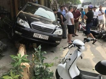 Thanh Hoá: Toyota Camry tông 9 xe máy, một người bị cuốn vào gầm