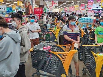 Người Sài Gòn xếp hàng chờ thanh toán ở siêu thị, nhiều thực phẩm sống được mua hết