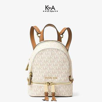 Balo mini Michael Kors của nữ Rhea Mini Vanilla Logo Backpack, balo MK mini hàng hiệu màu trắng logo, balo michael kors đeo chéo, balo MK hàng hiệu màu trắng giành cho nữ, balo Michael Kors chính hãng authentic, balo michael kors authentic minisize