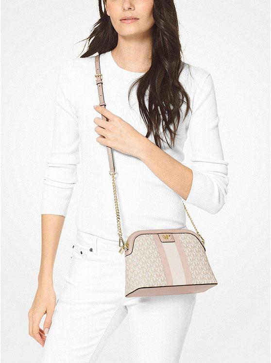 Túi xách Michael Kors hến đeo chéo Large Logo Stripe Dome Crossbody Bag, túi xách MK hàng hiệu đeo chéo màu trắng logo giành cho nữ, túi xách Michael Kors authentic chính hãng đeo chéo dạo phố, túi xách MK dự tiệc màu trắng logo nữ tính