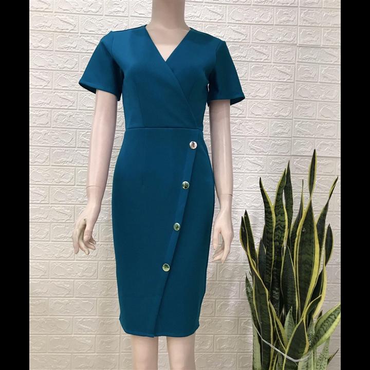 Đầm xanh cổ V đính nút xéo điệu đà