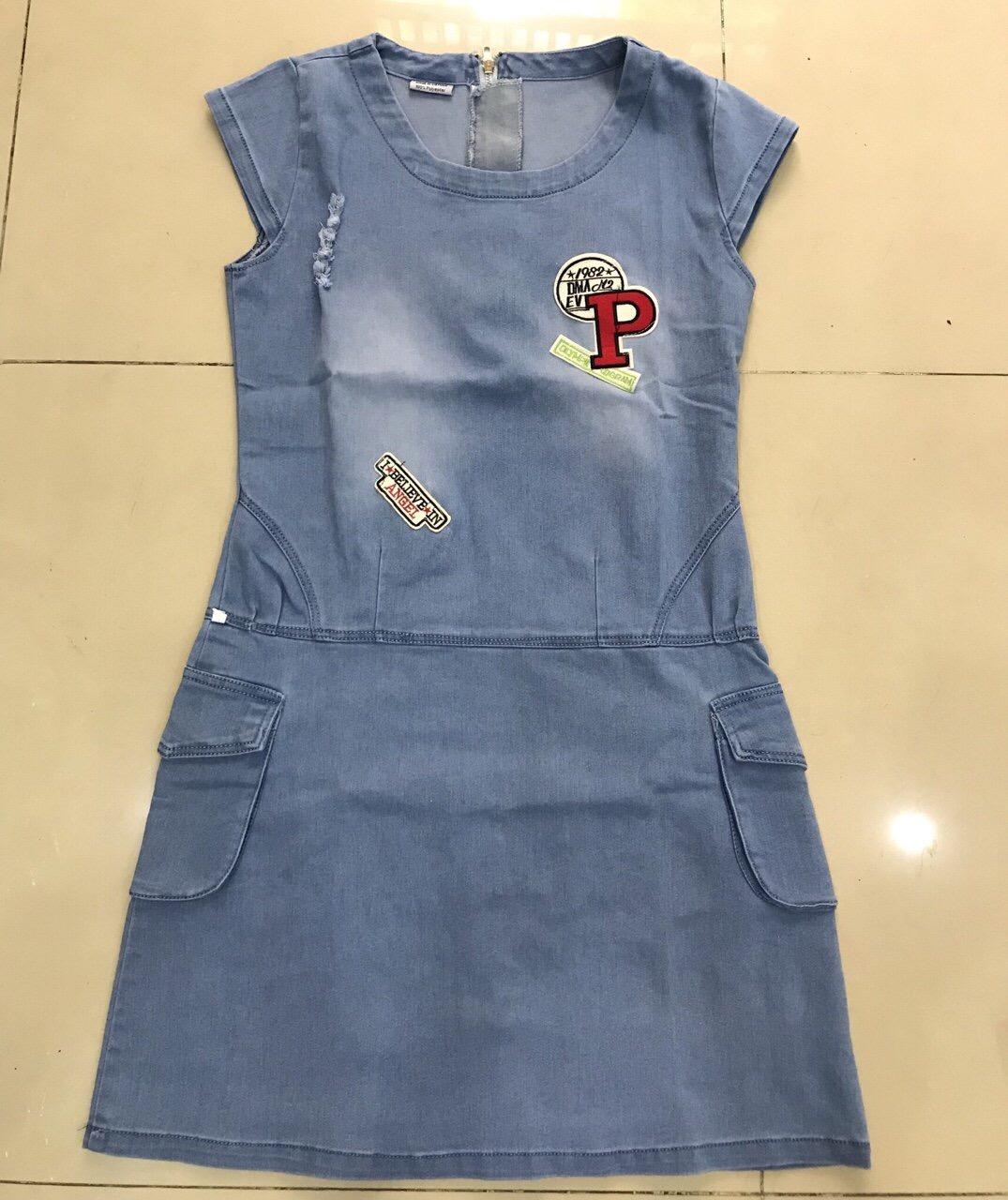 Đầm jean denim có túi đắp chữ P sành điệu