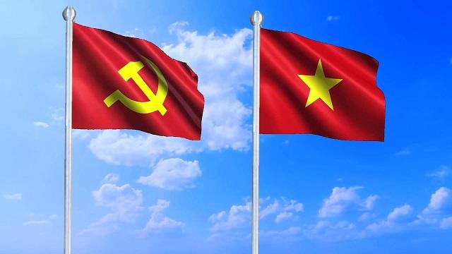 Cờ Đảng và Quốc kỳ thường được treo trong các dịp lễ lớn ở Việt Nam