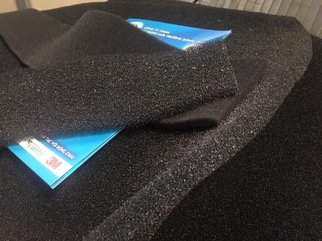 Chất liệu Polyurethane màu đen dạng xốp tổ ong với diện tích bề mặt riêng lớn