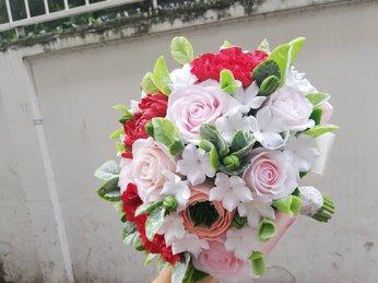 Hoa cưới đất sét tôn thêm vẻ đẹp rạng rỡ cho cô dâu