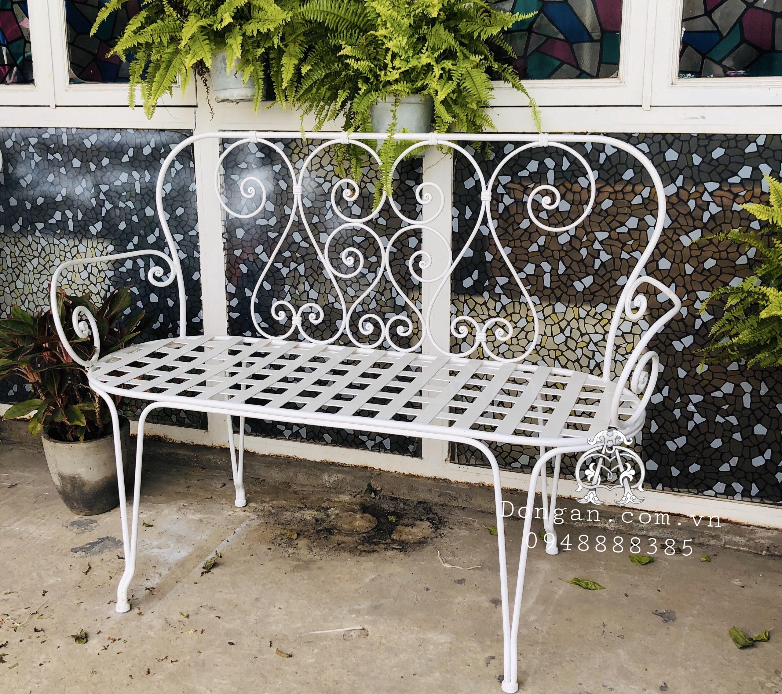 Ghế sắt dài cho sân vườn thêm xinh