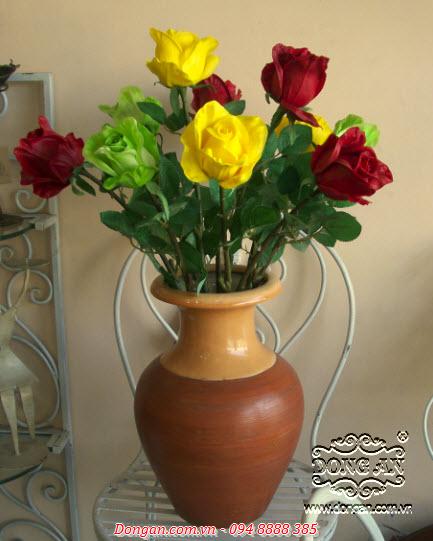 Bình gốm và hoa hồng trang trí