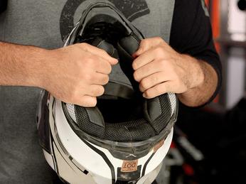 Cách vệ sinh nón bảo hiểm đúng cách