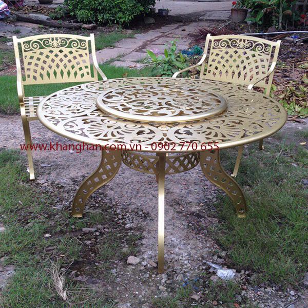 Bàn ghế sắt mỹ thuật cho sân vườn  cùng họa tiết CNC sang trọng