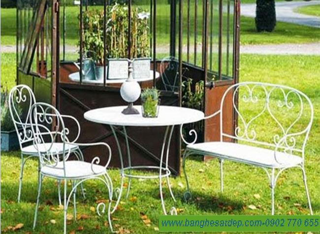 Bàn ghế sắt uốn mỹ thuật duyên dáng cho sân vườn