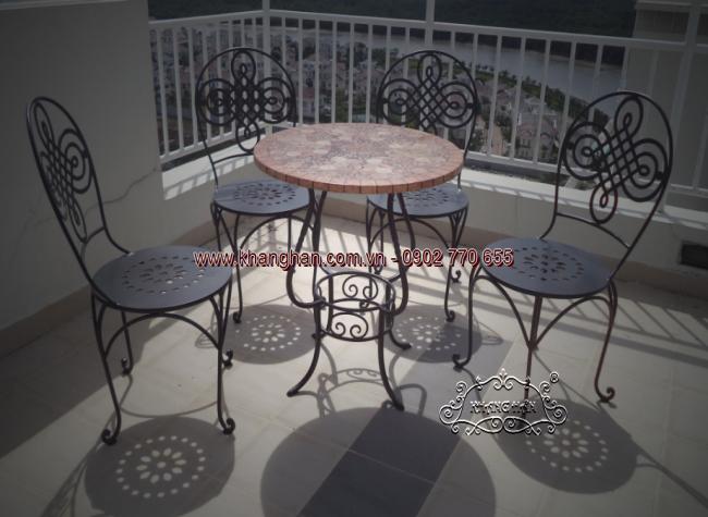 Bộ bàn ghế sắt rèn mỹ thuật với hoa văn CNC độc đáo cho nhà đón xuân