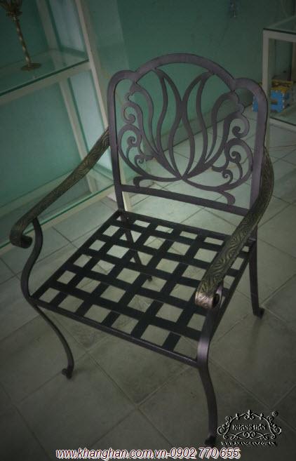 Mẫu ghế sắt rèn mỹ thuật với hoa văn cắt CNC đẹp, sang trọng cho nhà đón xuân