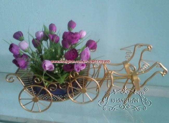 Ngựa kéo hoa bằng sắt uốn mỹ thuật
