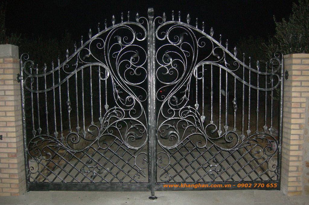 Cổng sắt đặc rèn nghệ thuật đẹp ấn tượng với phụ kiện