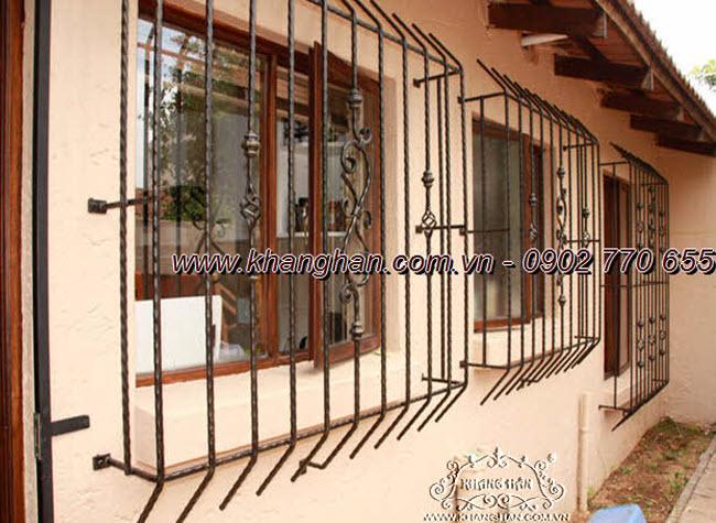 Khung cửa sổ sắt đặc rèn nghệ thuật cán cạnh với tông màu giả cổ cùng phụ kiện sắt